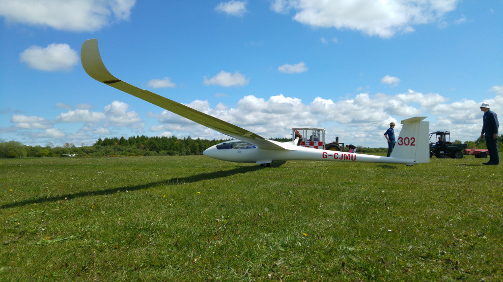 Keith ready to launch in his LS8 – 18m